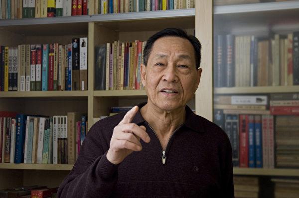 """中共前总书记赵紫阳的政治秘书鲍彤先生认为,""""真、善、忍""""是普世价值,修炼法轮功没有错,迫害法轮功令人愤慨,发动镇压者可以说是丧心病狂。(Renee Chiang/维基百科)"""