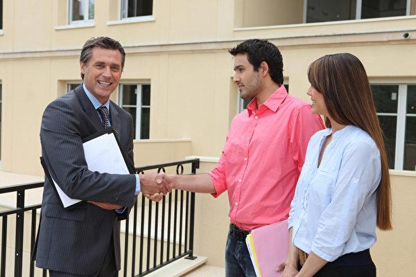 美国房地产交易需透过房地产经纪人,他会协助买、卖家完成整个交易。(Fotolia)