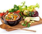 營養師建議在購買的禮盒年菜中增加紅黃綠,同時兼具營養及美味。(Fotolia)