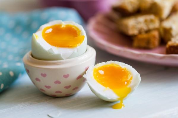 開水煮蛋軟蛋黃。(Fotolia)