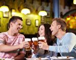 喝酒就臉紅,極可能是先天缺乏代謝酒精的酵素,產生乙醛造成血管擴張而臉紅。(fotolia)