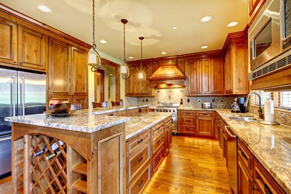 豪华木制厨房用花岗岩台面。(fotolia)