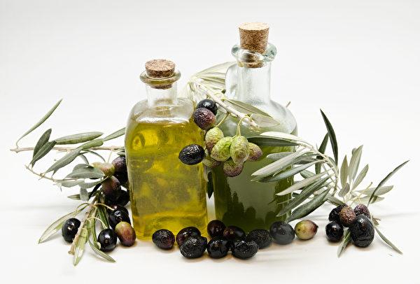 特级初榨橄榄油(左)与初榨橄榄油。(fotolia)