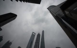 """习近平当局释放的问责信号越来越强烈,已经直指""""上海帮""""及落马""""老虎""""背后的""""老老虎""""江泽民。图为,上海陆家嘴金融区一景。(JOHANNES EISELE/AFP/Getty Images)"""