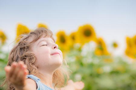 我们期望孩子透过他们的眼看向窗外浩瀚无垠的世界时,能始终抱持着良善真诚的品德,并在人生遭遇挫败困难时,依然保有热忱勇敢、乐观进取的心。(fotolia)