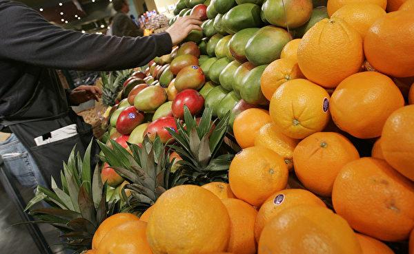 飲食指南建議多食蔬果,圖為紐約Whole Foods超市。(Stephen Chernin/Getty Images)