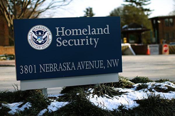 美國國土安全部近日發布報告顯示,2016年,簽證逾期滯留者已達63萬人,比在南部邊界抓到的41萬非法越境者的人數還多。(Win McNamee/Getty Images)
