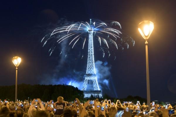 艾菲尔铁塔上空7月14日举行大型精彩烟火表演,庆贺法国国庆巴士底日。(FRANCOIS XAVIER MARIT/AFP)