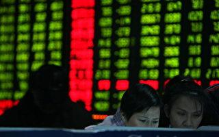 1月13日,沪指跌破3000点,深成指跌破万点。(China Photos/Getty Images)