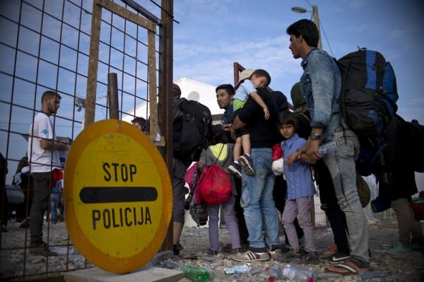 大批难民涌入欧盟,即使各国增强边境管制,仍无法有效将难民阻绝于外,难民危机令欧盟束手无策。(NIKOLAY DOYCHINOV/AFP)