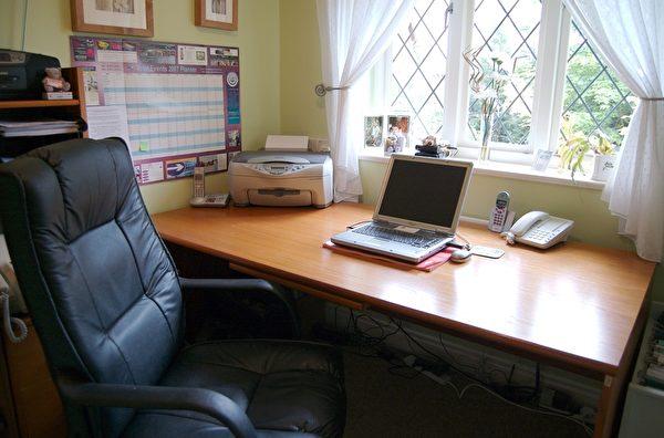 家庭辦公室工作站,設置在朝陽面的窗邊最理想。(fotolia)