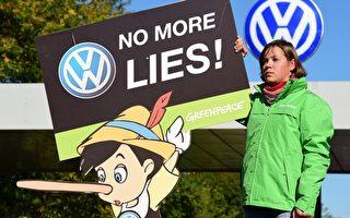 因在柴油車上安裝欺騙裝置並排放超限尾氣一事,美國司法部正式對德國大眾汽車公司提起民事訴訟。圖為美國公眾在大眾汽車公司前抗議尾氣作弊行為。(JOHN MACDOUGALL/AFP/Getty Images)