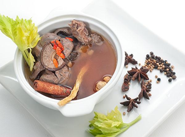 傳統的東方牛肉湯蘑菇(Fotolia)