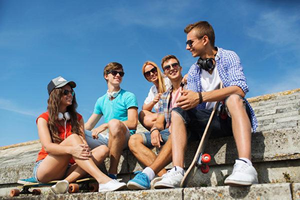 花时间和朋友在一起是很重要的事。这些亲密的朋友会带给你能量、不一样的想法、归属感,那是其他人无法给你的。(Fotolia)