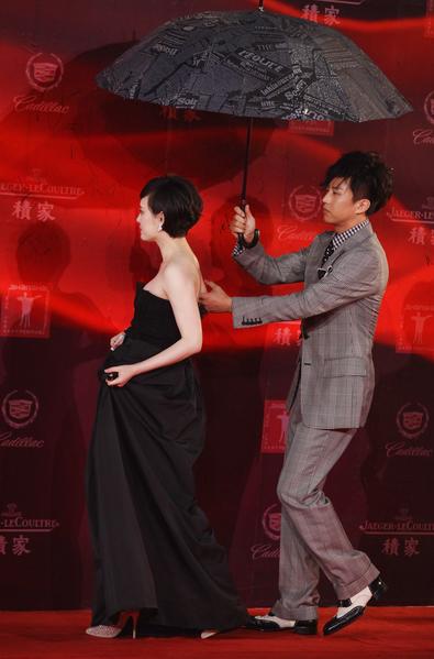 鄧超為孫儷搞笑撐傘。(Feng Li/Getty Images)