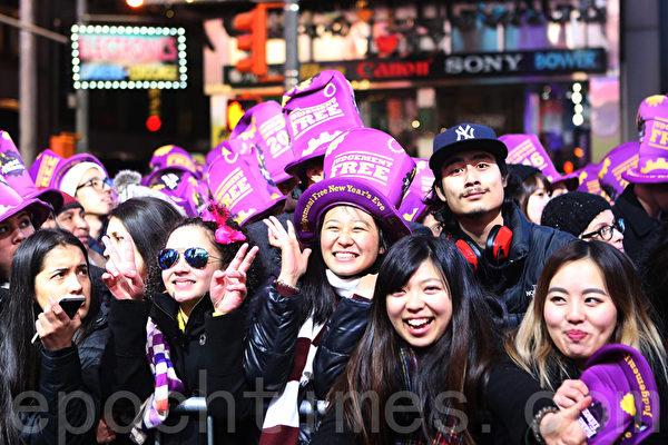 拥挤的人潮中,有不少亚裔面孔。(杜国辉/大纪元)