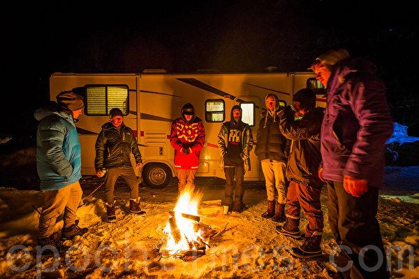 房車旅遊,全家人野外篝火,享受樂趣。(大紀元)
