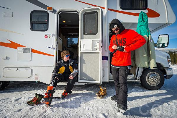 加拿大冬季长,房车旅游,户外滑雪,已经成为一种生活时尚。(大纪元)