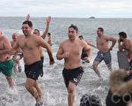 """1月1日中午,康尼岛""""北极熊蘸水""""活动在冷风中热闹举行。(杜国辉/大纪元)"""