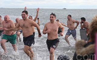 冰冷海中迎新年 華人「蘸水」康尼島