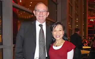 2016年1月2日晚,Barry Parsonage与太太Athena在达拉斯的AT&T表演中心温斯皮尔歌剧院观看了神韵演出。(史迪/大纪元)
