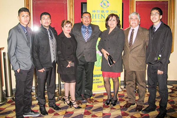 George Caodoca(中)与家人和朋友Raquel Avila(右三)全家,一行7人驱车1个多小时,前来观看神韵演出。(林家维/大纪元)