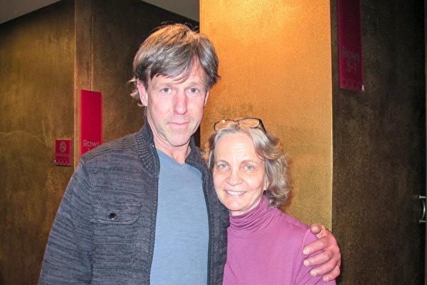 Linda Adrews(右)是位化妆品供应商,她和朋友Greg Morris一起观看了神韵演出。(梁欣/大纪元)