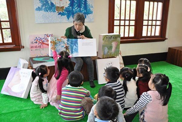 老师与小朋友学习互动。(新竹市文化局提供)