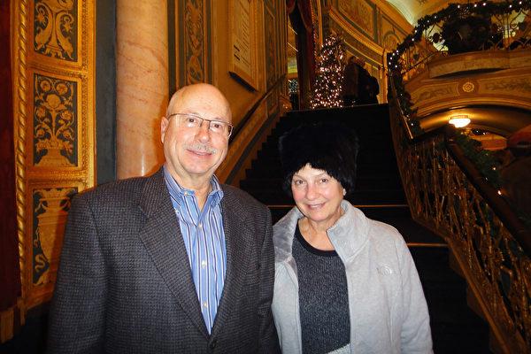 Richard Hammond先生與妻子觀看了星期日下午的演出,Hammond太太說:「我相信創世主,而且我相信創世主今天已經就在這裡了,我覺得他沒有離開我們,而且一直跟我們在一起。」(滕冬育/大紀元)