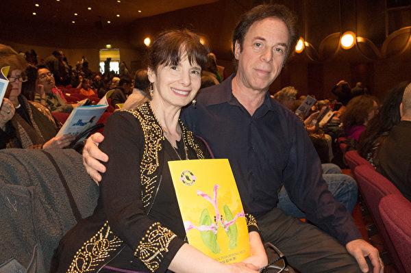 新年刚过的第三天(1月3日),斯坦福大学(Stanford university)交谊舞课程的舞蹈教授Ken Greer和妻子Sheana观看了1月3日下午的神韵演出。(马亮/大纪元)