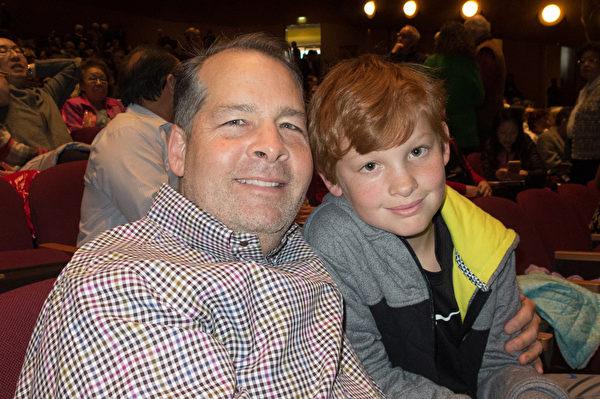 新年刚过的第三天(1月3日),谷歌高级主管Patrick Copeland夫妇一家五口一起观赏了神韵。图为Copeland与儿子William。(马亮/大纪元)