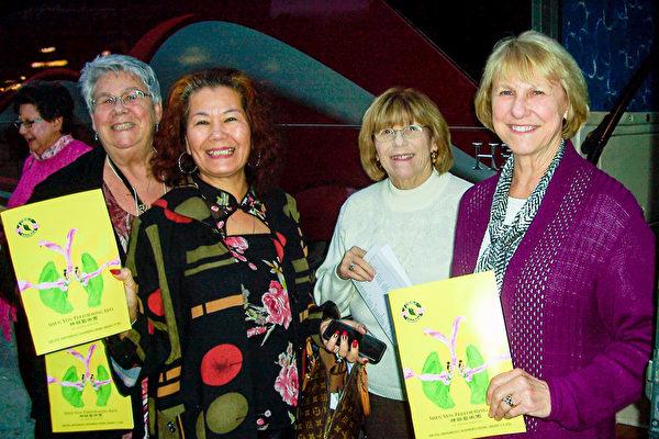 坐大巴来看神韵的Linda Ramala(右1)、Donna Pattie(右2)、艳虹(右3)和Sue Morris(右4)。(大纪元图片)
