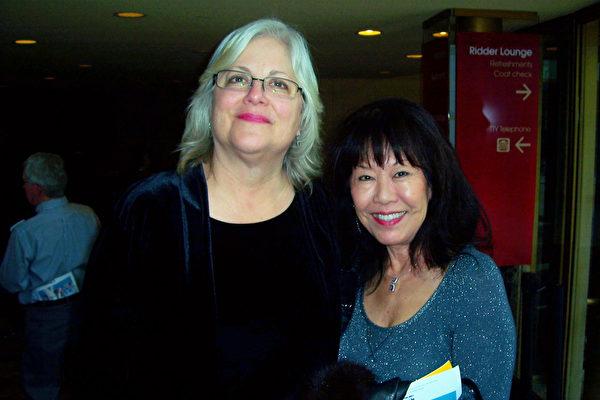 Donna Lauesen(左)得到好友Diana Wohnoutka(右)的生日礼物,一起相约看神韵。(于丽丽/大纪元)