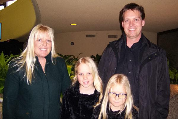 摄影师Nikke Brooks(左)一家四口观神韵,她说这是她母亲给孩子们的圣诞礼物。(于丽丽/大纪元)