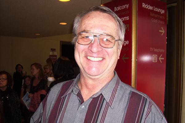 退休的建筑师Phil Karls称神韵是必看的演出。(于丽丽/大纪元)