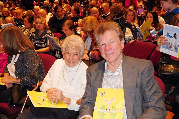 """和97岁的母亲一起观看了圣荷西神韵演出的Steve Urbani先生说:""""我们明年还会来欣赏神韵。""""(张倩/大纪元)"""