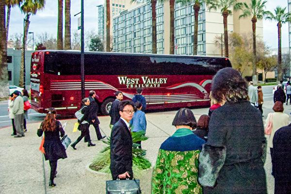 """2016新年刚过,1月3日,一个名叫""""Women in Touch""""组织的37位女士从Morgan Hill结伴前来观赏神韵,她们还租用一辆专车大巴士,一起共享盛事。(大纪元)"""