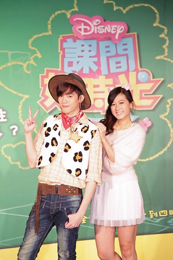 楊駿文(左)參與出演迪士尼影集《課間好時光》。(雀興音樂提供)