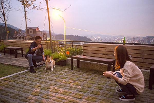 范瑋琪揪心情歌MV畫面,邀請林心如(左)與李康生共同演繹。(福茂提供)