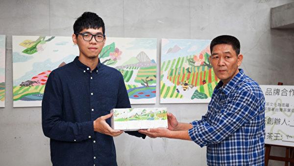 茶王接受藝術家NIO為豐茶設計之商品。(圖:豐茶提供)
