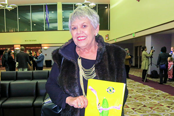 Wendy De Ryckex於1月5日晚在佛州萊克蘭中心Youkey劇院觀看了神韻演出。(林南/大紀元)