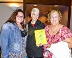 1月5日晚,供應商Heidi Ruth(左)與退休藝術教師的母親Barbara Reese(右)和婆婆Susan Ruth一同觀看了神韻紐約藝術團在美國佛羅里達萊克蘭中心的首場演出。(袁麗/大紀元)