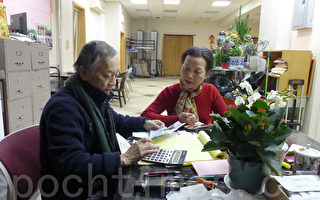 熱心僑社活動的關淑媚(右)5日拿著一張3,070元的支票到聯成公所。(蔡溶/大紀元)