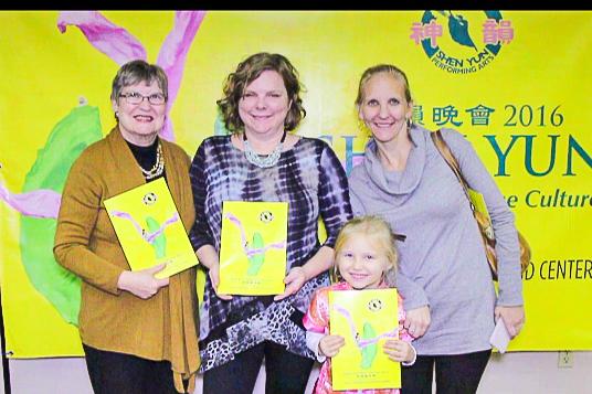 音樂老師Barri Lester(中)與家人於1月5日晚在佛州萊克蘭中心Youkey劇院觀看了神韻演出。(新唐人截圖)