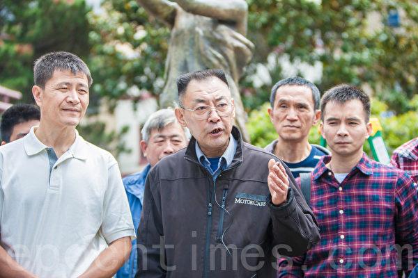 人道中国主席葛洵(前排中央)2015年5月25日在纪念六四26周年活动上发言。左为人道中国发起人周锋锁。(马有志/大纪元)