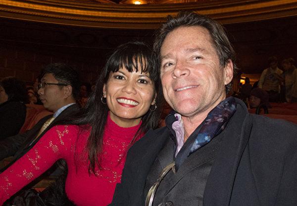 任職美國舊金山藝術大學的藝術家Sheldon Greenberg先生與妻子Romina Ronquillo對神韻之美讚美不已。(馬亮/大紀元)