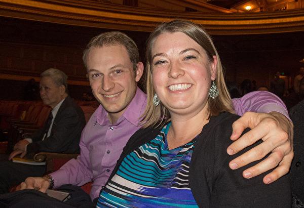 法國號演奏家Stephanie Stroud(右)與音響專家Nathan Stroud均對神韻的音樂感到激動。(馬亮/大紀元)
