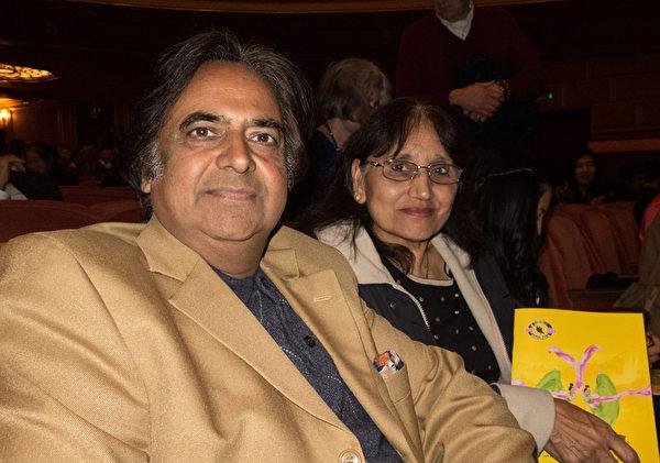 Sharma夫婦倆都是醫生,他們認為,神韻的主題非常神聖。(馬亮/大紀元)