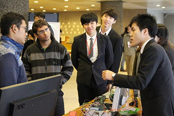長庚大學資工系畢意成果展,吸引許多師生參觀,不少外籍生也到場觀摩學習提問。(長庚大學/提供)