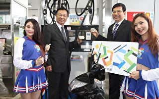 一卡通启动中油机车加油,台湾中油董事长林圣忠(左)、一卡通董事长王国材(右)。(一卡通公司提供)